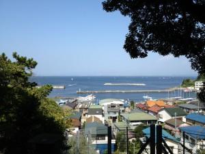走水神社から眺めた青い海。年に一度海水浴をすることは邪気払いになります